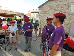 Le chef et son jeune protégé trompette , Daniel et Jean-Luc prêts à jouer.