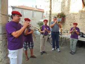 Les musiciens débutent : Gérard à la trompette, Daniel au Soprano, Jean-Luc à la clarinette, Philippe et Jean-Claude le chef à la trompette