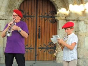 En se déplaçant sous le porche de l'Eglise nous retrouvons le jeune trompette et Jean-Louis