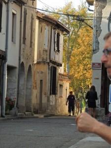 Personnellement en prenant  les photos  je vois Pascal qui arrive depuis le bout de larue des Cornières!