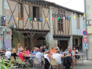 Rue des cornières, les convives sont déjà bien installés ayant pour cadre ces belles bâtisses anciennes