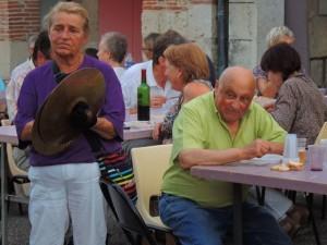 Tout à fait  à droite Marie-Louise tient les cymbales; Notre ami le photographe Raymond est aussi de la fête,et donc ne prend pas de photos!