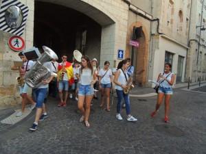 Les musiciennes et musiciens de Consuegra débouchent rue Montesquieu