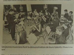 Les musiciennes et musiciens lors d'un petit concert pour faire voir leur talent et donner une touche musicale à leur soirée d'adieus