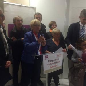 Martine Cazals et Anne-Marie Jean-Meillier s'apprêtent à couper le ruban de l'inauguration de L'Accorderie Agenaise