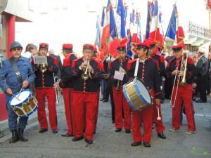 Les musiciens prennent place en tête du cortège depuis la Mairie vers le Monument aux Morts