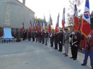 Les porte-drapeaux et les autorités au bout à droite du monuments pour son inauguration officielle