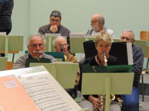 Les sax Alto:Jacques,Véronique,les Ténor derrière et au fond les trompettes Philippe et Maurice,les autres arrivent