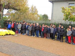 Les enfants arrivent et se placent de chaque côté de la Place devant le Monument aux Morts.