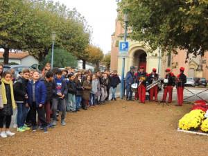 Les enfants en place sur le côté de la place du monument aux Morts; les musiciens étant en retrait .