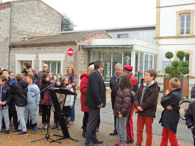 Les autorités responsables s'entretiennent avec M Fondriest, le chef de musique sur les détails de cette cérémonie
