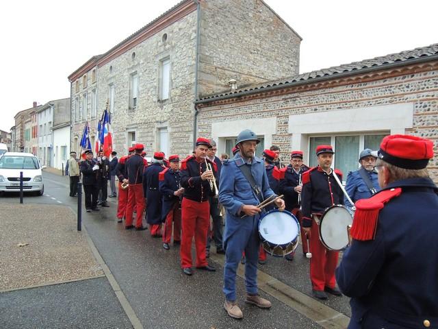 Les musiciens et les porte-drapeaux se mettent en place