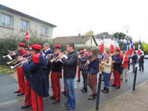 Les musiciens entament le morceau prévu pour défiler et arriver sur la place