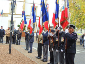Les porte-drapeaux s'alignent sur le côté gauche de la place