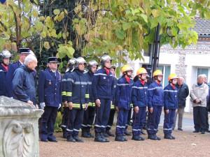 Les pompiers, les policiers se retrouvent sur le côté droit de cette Place
