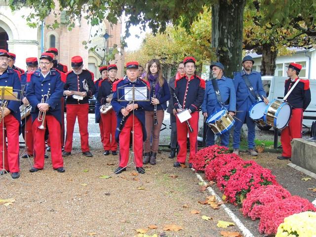 Les musiciens se regroupent en retrait du monument aux morts