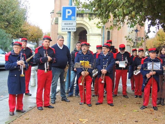 Les musiciens nombreux pour cette cérémonie se disposent entre le monument et le côté gauche  juste avant les porte-drapeaux