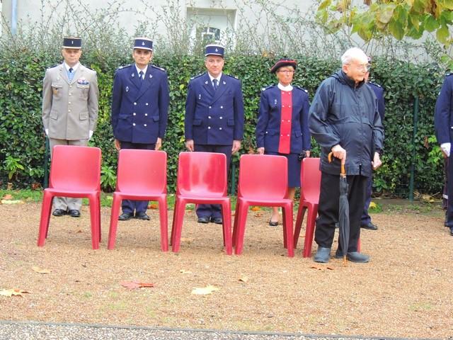 La délégation militaire du 48°RT de la Gendarmerie, de la Police Nationale et des douanes se sont placés derrière des chaises pour accueillir des anciens combattants ou personnes handicapées