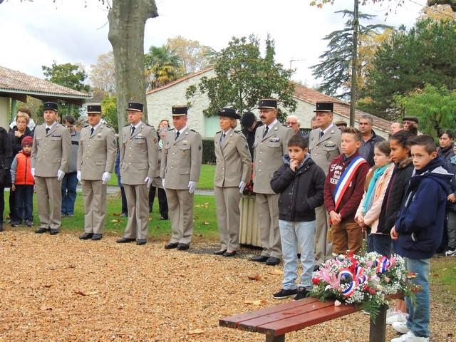 Une importante délégation de militaires du 48°RT  et devant à droite les membres du conseil municipal des jeunes et la gerbe qu'ils déposeront devant le monument aux Morts avec le Maire Jean-Pierre Pin