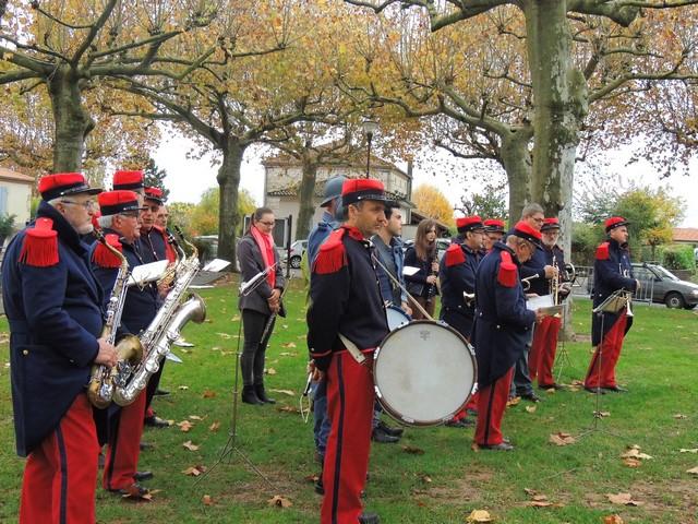 tous les musiciens disposés pour cette cérémonie de commémoration aux victimes de la guerre 14-18.