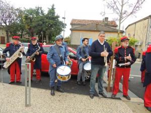 Les musiciens se disposent sur le côté de la Place, les tambours en tête.