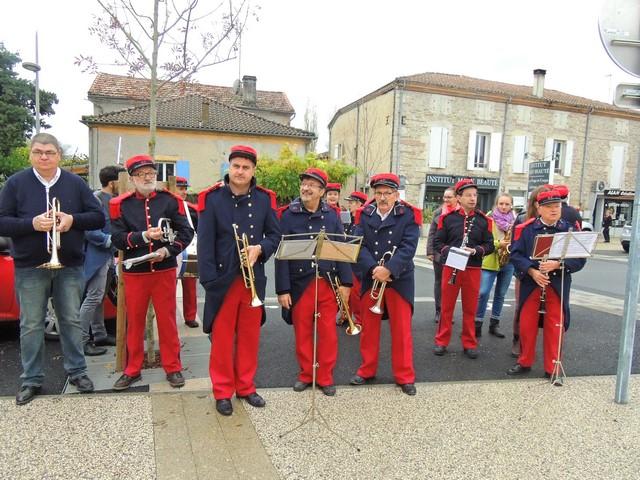 Les trompettes se regroupent en vue pour effectuer les sonneries et interpréter l'hymne national