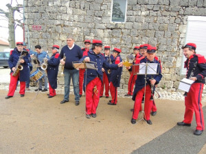 Les musiciens sont en train de s'installer devant le mur de la rue des remparts
