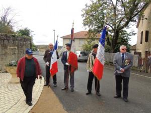 Les porte-drapeaux et le Maire sont prêts pour la cérémonie et la photo de R.Lille du Petit bleu