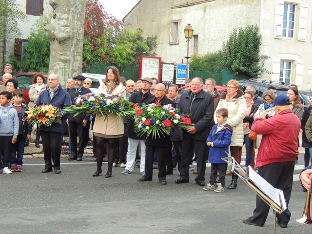 Les représentants de la Commune et des Anciens combattants et la population derrière