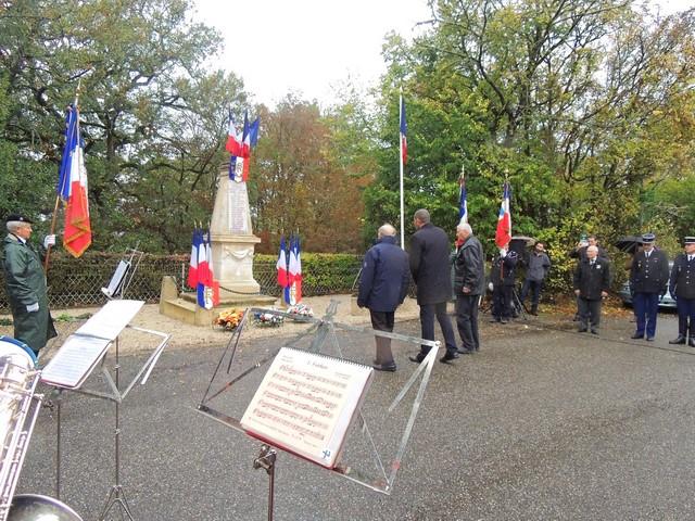 Le Maire entouré des représentants des Anciens Combattants lors du dépôt de gerbes devant le monument aux morts