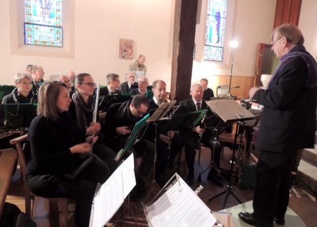 Les bois devant sont en place Elodie à la flûte aussi la hauboïste  va se mettre devant son pupitre,elle tient aussi sa place à l'orgue pour la messe