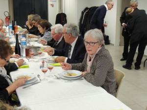 La table des gens tranquilles ; pendant que Clément observe le tirage du rosé