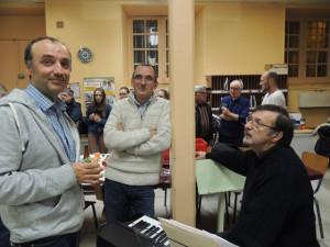 Alain discute avec Jean-Michel et Gérard Vardon assis
