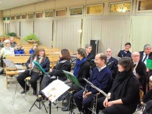 Les musiciens se mettent en place, tels les clarinettes, flûtes et hautbois devant