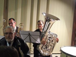 Au fond le tuba et le trombone à coulisse sont en place, Alain au sax ténor devant
