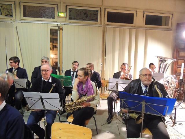 Voilà une vue des musiciens Sax Alto et Ténor et des cuivres sur la rangée au fond