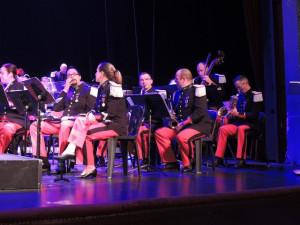Hautbois, flûtes et saxos alto et ténor à gauche de l'orcheste