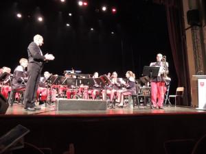 Le Chef, l'orchestre et l'assistance applaudissent