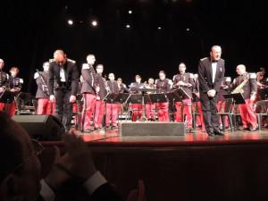L'orchestre et les deux Chefs dirigeant saluent l'assistance et remercie à la fin de ce concert d'une exécution magistrale