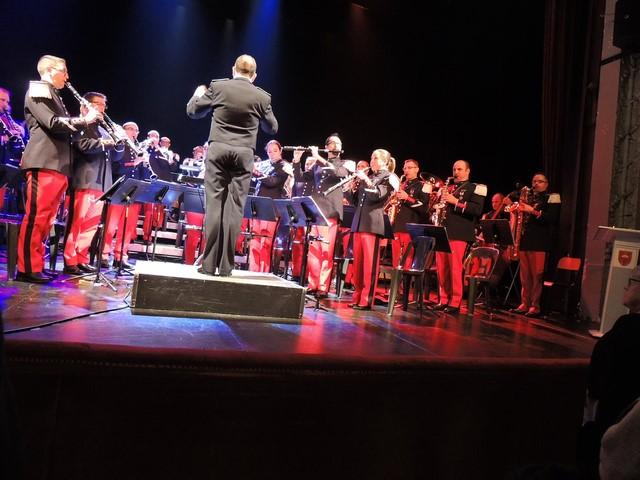 Musiciens de l'orchestre et spectateurs enthousiastes de ce concert , debout pour l'exécution de l'Hymne National qui clôt comme il se doit cette sympathique réunion pour la Musique.