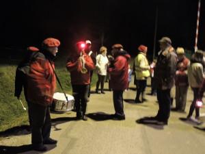 Les musiciens et les processionnaires se rassemblent à la salle des Fêtes en bas du village