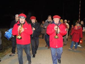 Les musiciens en tête accompagnent en musique la procession en lumière