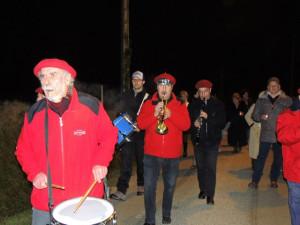 Les musiciens remontent par la rue assez raide vers la place de l'église