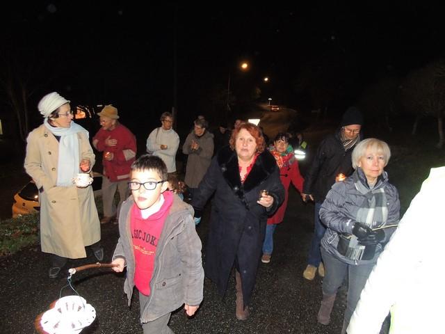 La procession en lumière suit derrière les musiciens
