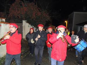 Le Chef en tête (un peu gêné par la lumière du flash..) entraîne la procession
