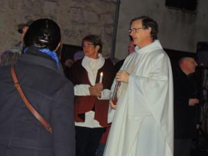 Les participants sont accueillis par le curé Olivier Moran
