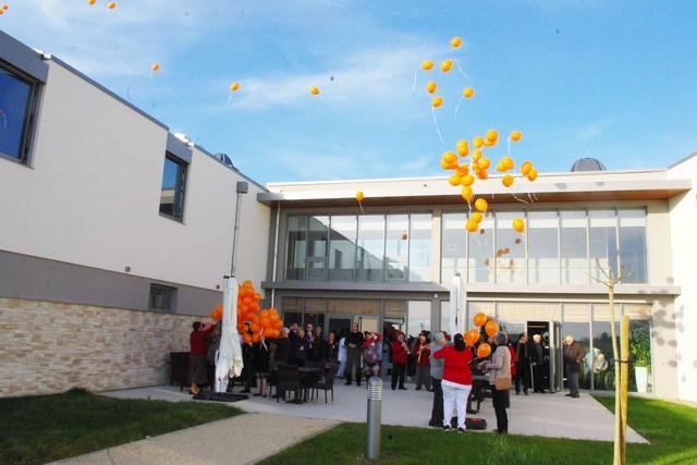 """Lâcher de ballons lors de l'inauguration animée par la Banda """"Los Prunos"""""""