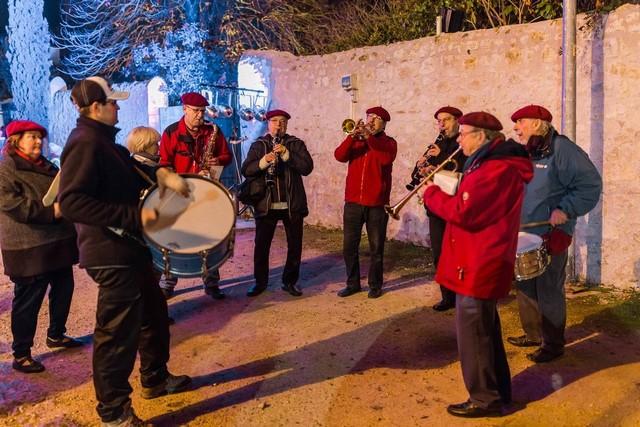 Pendant que l'on se restaure les musiciens animent cette réunion de la fête des Lumières