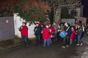 Les musiciens précédent la procession qui remonte vers l'église