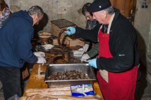 Les membres du comité s'affairent à la confection de parts de saucisse .. de chevreuil : leur spécialité !